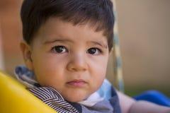 Schönes brasilianisches Baby, das Kamera betrachtet Ernstes Schätzchen lizenzfreies stockfoto