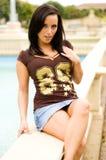 Schönes braunes behaartes Mädchen durch das Pool Stockfoto