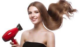 Schönes braunhaariges Mädchen in der Bewegung mit einem tadellos glatten Haar und klassisches Make-up Schönes lächelndes Mädchen stockfotos