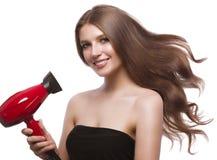 Schönes braunhaariges Mädchen in der Bewegung mit einem tadellos glatten Haar und klassisches Make-up Schönes lächelndes Mädchen lizenzfreie stockbilder