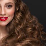 Schönes braunhaariges Mädchen mit a kräuselt tadellos Haar, rote Lippen und klassisches Make-up Sch?nheitsgesicht und -haar stockbilder