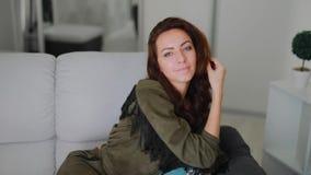 Schönes brunette Frauenporträt, das Haar berührt stock video footage