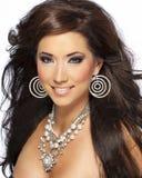 Schönes Brunette-Haar-Baumuster mit glänzender Halskette Stockfotos