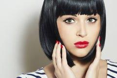 Schönes Brunette-Mädchen. Gesundes schwarzes Haar. Bob Haircut. Rote Lippen. Schönheitsfrau Stockfoto