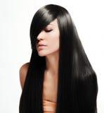 Schönes Brunette-Mädchen mit dem gesunden langen Haar stockbild