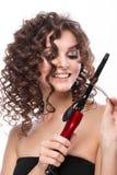 Schönes brunette Mädchen mit einem tadellos gelockten Haar mit dem Winden und klassisches Make-up Schönes lächelndes Mädchen stockfoto
