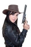 Schönes Brunettecowgirlbaumuster, das eine Gewehr anhält Lizenzfreies Stockfoto