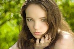 Schönes Brunettejugendlich-Mädchenportrait im Freien stockfoto