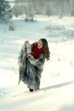 Schönes Brunettemädchen in einem gestrickten Schal eingewickelt im Plaid und im Halten einer Weihnachtslaterne Lizenzfreies Stockbild