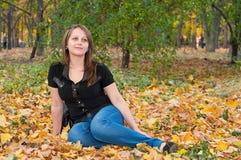 Schönes Brunettemädchen im Herbstpark Stockbilder