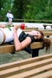 Schönes Brunettemädchen mit der Knospe der Rose lizenzfreie stockbilder