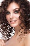 Schönes Brunettemädchen mit einem tadellos gelockten Haar und klassisches Make-up Schönes lächelndes Mädchen lizenzfreie stockbilder