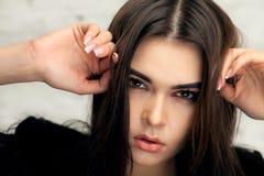 Schönes Brunettemädchen mit Haar gekräuseltem Endstück lizenzfreie stockfotografie