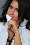 Schönes Brunettemädchenportrait im weißen Hemd Stockfoto