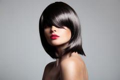 Schönes Brunettemodell mit dem perfekten glatten Haar Stockbilder
