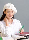 Schönes Studentenmädchen, das ein Barett trägt. Lizenzfreie Stockfotos