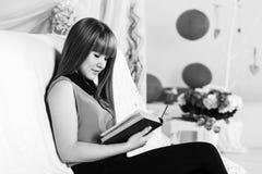 Schönes Buch des kleinen Mädchens Lese Lizenzfreie Stockfotos