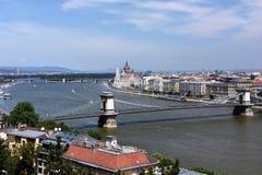 Schönes Budapest-Stadtbild, welches die Hängebrücke, die Donau und das Parlament zeigt Lizenzfreie Stockfotografie