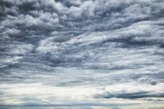 Schönes buntes drastisches cloudscape mit dunklen Sturmwolken Stockfotografie