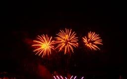 Schönes buntes Feuerwerk auf Feiernachtfeierfeuerwerken über dem Fluss mit Stadtbildweichzeichnung backgroun stockfoto