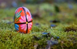 Schönes buntes Osterei in der Natur Lizenzfreie Stockfotografie