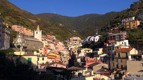 Schönes buntes Stadtbild auf den Bergen über Mittelmeer, Europa, Cinque Terre, traditionelle italienische Architektur stockfoto