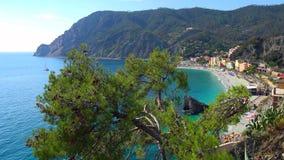 Schönes buntes Stadtbild auf den Bergen über Mittelmeer, Europa, Cinque Terre, traditionelle italienische Architektur lizenzfreie stockfotografie