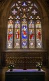 Schönes Buntglas-Fenster über einem Altar Stockfotos