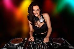 Schönes busty DJ, das an ihrer Plattform arbeitet stockbilder