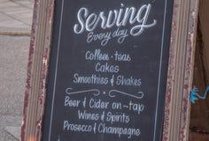 Schönes Café an der Seeseite von Brighton England - BRIGHTON, VEREINIGTES KÖNIGREICH - 27. FEBRUAR 2019 lizenzfreie stockfotografie