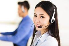 Schönes Call-Center-Mittel, das im Büro arbeitet stockbild