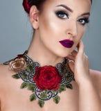 Schönes Caucasions-Mädchen mit den roten Lippen Stockfotos