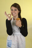 Schönes Chefkoch-Bäckertragen der jungen Frau Lizenzfreie Stockfotos