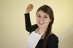 Schönes Chefkoch-Bäckertragen der jungen Frau Stockfotos