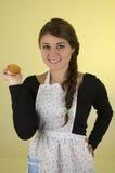 Schönes Chefkoch-Bäckertragen der jungen Frau Stockbilder