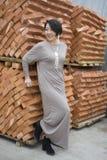 Schönes chinesisches Mädchen, das nahe bei den neuen Ziegelsteinen steht lizenzfreies stockfoto