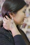 Schönes chinesisches Mädchen trägt nationale Yakut Verzierungen lizenzfreies stockfoto