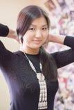 Schönes chinesisches Mädchen trägt nationale Yakut Verzierungen stockfotografie
