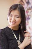 Schönes chinesisches Mädchen trägt nationale Yakut Verzierungen stockfotos