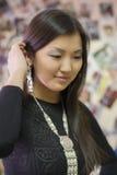 Schönes chinesisches Mädchen trägt nationale Yakut Verzierungen stockfoto