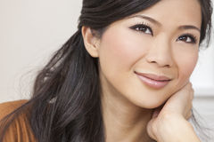 Schönes chinesisches orientalisches asiatisches Frauen-Lächeln Lizenzfreie Stockfotografie