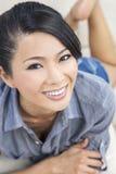 Schönes chinesisches orientalisches asiatisches Frauen-Lächeln Stockbild