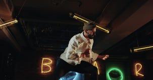 Schönes Choreografie der Nahaufnahme, die jungen Männer, die auf die Stange mit erstaunlicher Disco tanzen, färben Lichter stock footage
