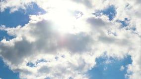 Schönes cloudscape mit den großen, errichtenden Wolken und dem Sonnenaufgang, die durch Wolkenmasse bricht stock video