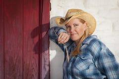 Schönes Cowgirl gegen alte Wand und rote Tür Stockfotos