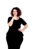 Schönes curvy Mädchen mit dem schwarzen Kleid, das etwas mit anzeigt stockfotografie