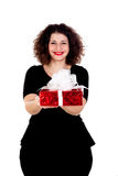 Schönes curvy Mädchen mit einem roten Geschenk Lizenzfreie Stockfotos