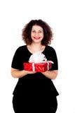 Schönes curvy Mädchen mit einem roten Geschenk stockfotografie