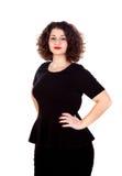 Schönes curvy Mädchen mit schwarzem Kleid und den roten Lippen stockfotos