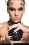 Schönes Cybermädchen mit dem schwarzen stacheligen Ball lokalisiert auf Weiß Stockfoto